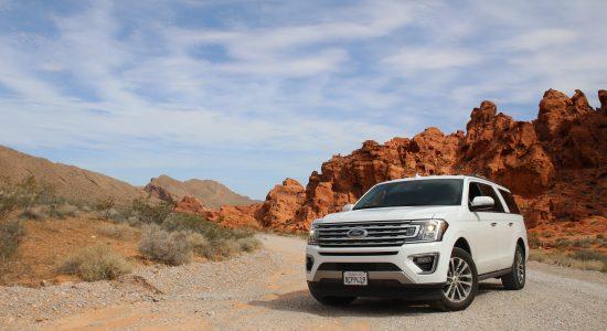 SUV blanc garé dans le désert