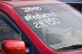 Voiture d'occasion vendue à prix réduit dans une concession automobile